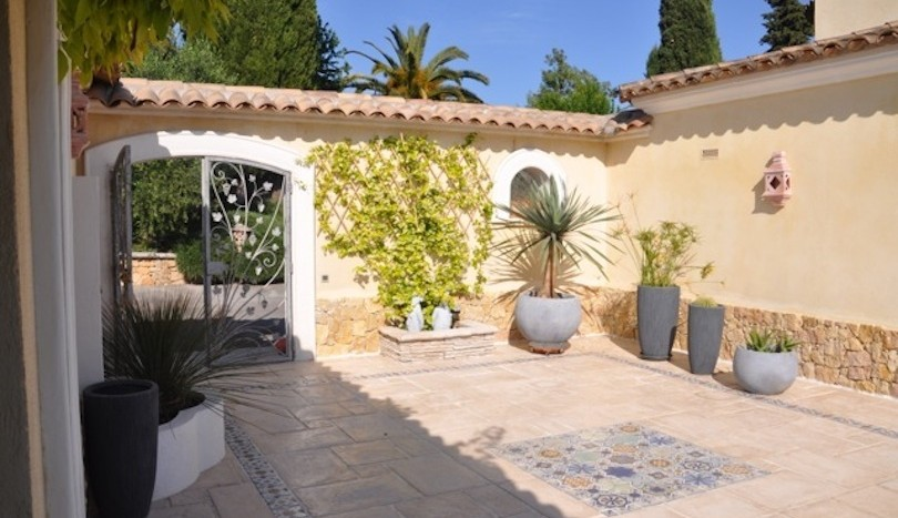 07 luxury holiday home la colle sur loup patio